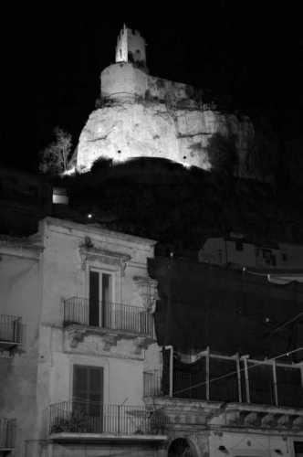 Modica bassa: la notte sopra il castello (2376 clic)