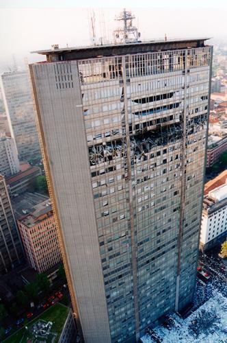 18 Aprile 2002 - Il Pirellone dopo lo schianto - Milano (3154 clic)