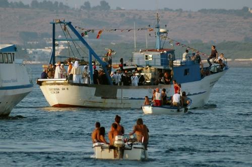 S. Cristina in processione lungo il porto di Gallipoli (4977 clic)