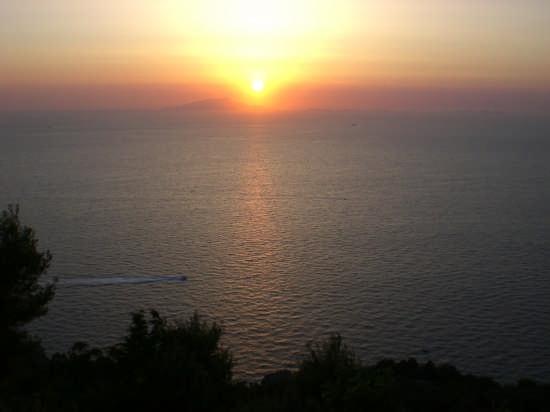 Il tramonto visto da Sorrento con Capri sullo sfondo. (3568 clic)
