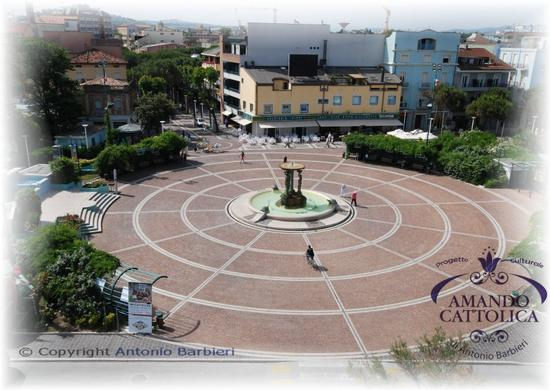Piazza I Maggio Città di Cattolica  (1976 clic)