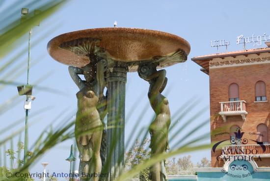 Cattolica fontana delle Sirene Piazza I Maggio foto del progetto Amando Cattolica (2522 clic)