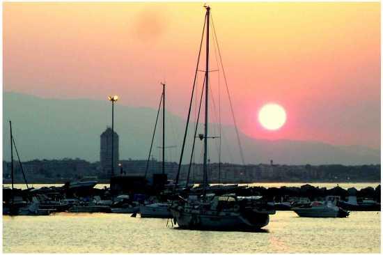 Sole, barca e scacciapensieri  - Anzio (2074 clic)