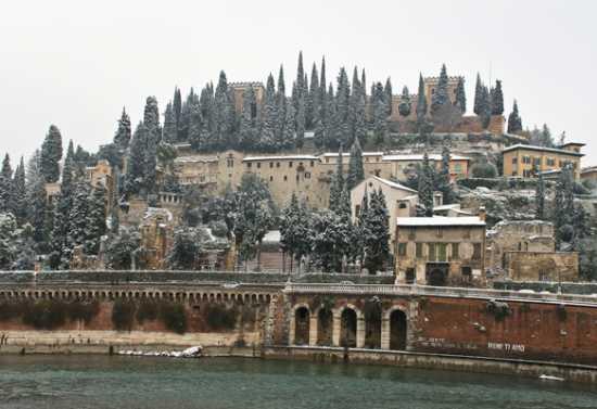 Il Teatro Romano sotto la neve - Verona (4141 clic)