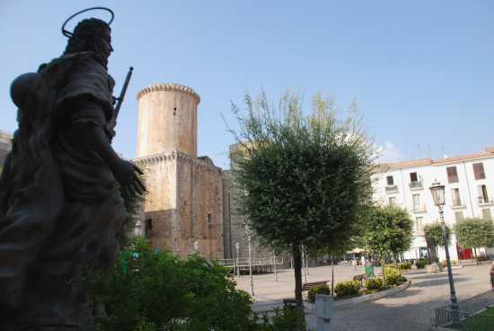 Castello Baronale con Statua di San Rocco  - Fondi (3106 clic)