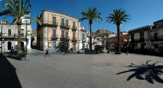 panorama di piazza vitt. emanuele - Calatabiano (3887 clic)