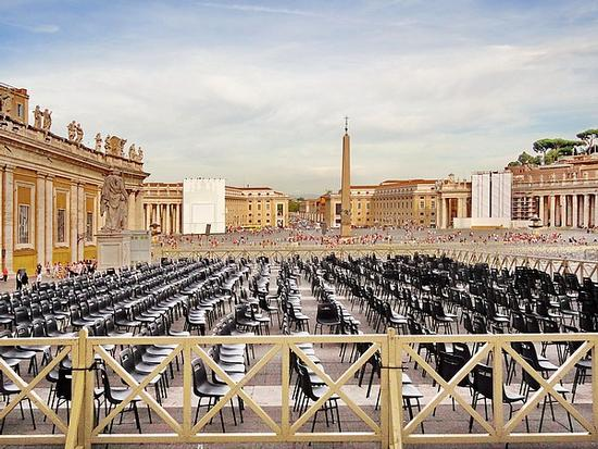 Sedie vuote in Piazza San Pietro - Città del vaticano (4463 clic)
