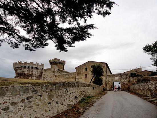 L'ingresso al borgo di Populonia (1828 clic)