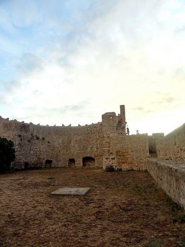 Lo spiazzo inteno del Castello - Populonia (1535 clic)