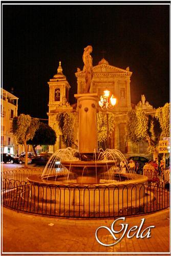 Notturno in Piazza Umberto I° - Gela (807 clic)