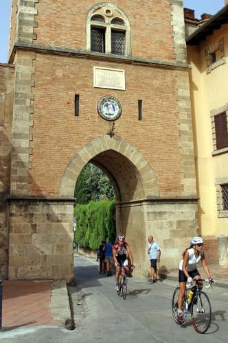 Bolgheri - l'ingresso al Borgo (1942 clic)