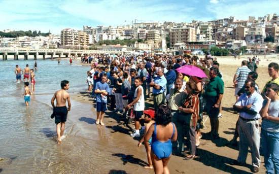 Sulla spiaggia - aspettando il Paliantino - Gela (2871 clic)