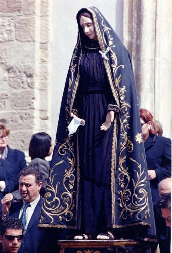 L'Addolorata esce dalla Chiesa Madre - Gela (7248 clic)