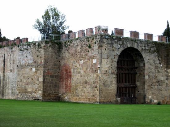Piazza dei Miracoli - Le mura di cinta - Pisa (2632 clic)