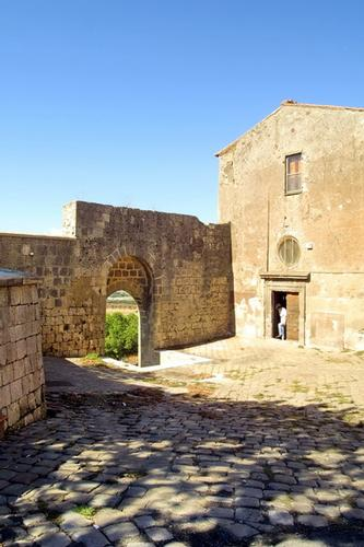 Chiesetta entro le mura del Castello - Tarquinia (1993 clic)