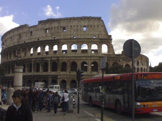 vita mondana sotto il colosseo - Roma (1660 clic)