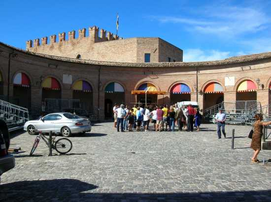 La Piazza in attesa del Palio del Daino - Mondaino (2974 clic)