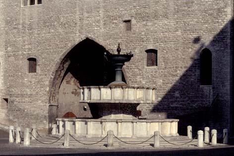 Fabriano, Piazza del Comune. La fontana (3360 clic)