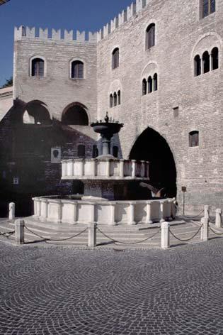 Fabriano, Piazza del Comune. La fontana ed il Palazzo del Podestà (3507 clic)