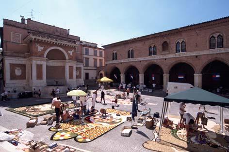 Fabriano, Piazza della Cattedrale. Infiorate per San Giovanni (4235 clic)