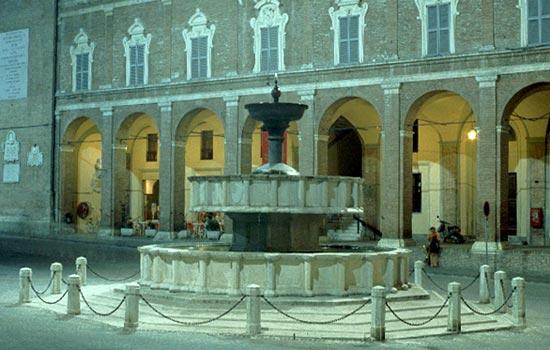 Fabriano, Piazza del Comune (fontana) (2995 clic)