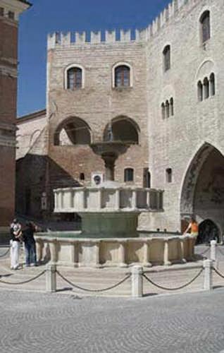 Fabriano, Piazza del Comune (2461 clic)
