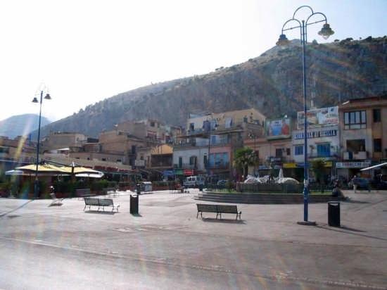 La piazza di Mondello (7230 clic)
