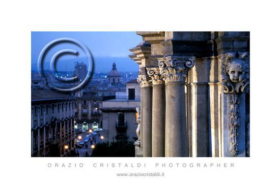 il duomo da una posizione particolare - Catania (2824 clic)
