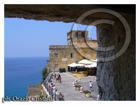 la piazza adiacente al castello - Pizzo calabro (2224 clic)
