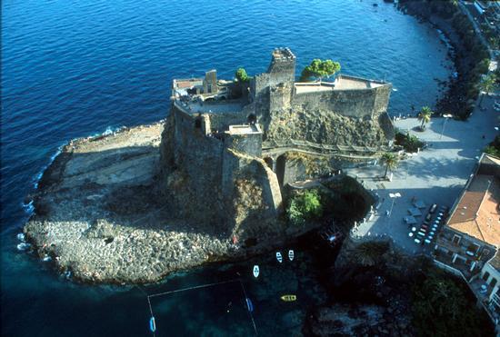 il castello in una veduta aerea - Aci castello (3593 clic)