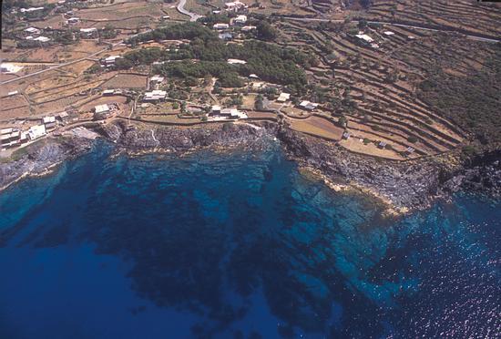 la costa di Suvaki in una veduta aerea - Pantelleria (7667 clic)