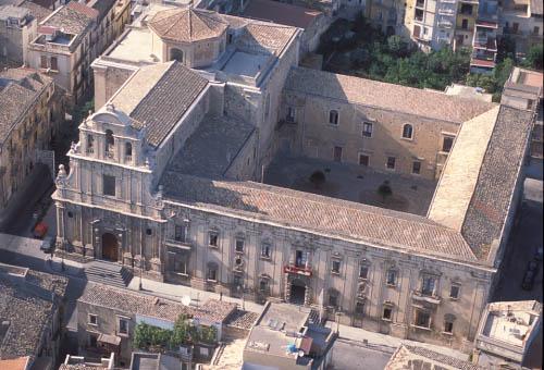 militello, vista aerea della chiesa e dell'ex convento di san benedetto - Militello in val di catania (5145 clic)