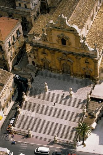 vista aerea della chiesa di san pietro a modica (2647 clic)