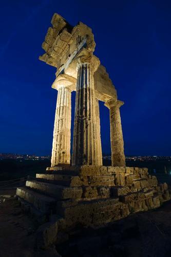 agrigento, valle dei templi, il tempio di castore e polluce nell'ora blu (2811 clic)