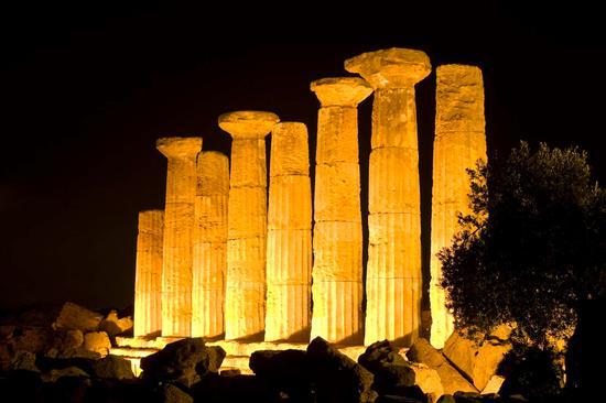 valle dei templi, il tempio di ercole nel buio della notte agrigentina (3027 clic)