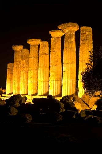 valle dei templi, il tempio di ercole nel buio della notte agrigentina (2499 clic)