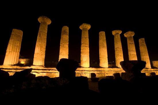 valle dei templi, il tempio di ercole nel buio della notte agrigentina (2234 clic)