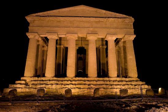 valle dei templi, il tempio della concordia nel buio della notte agrigentina (3144 clic)