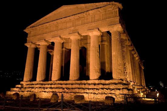 valle dei templi, il tempio della concordia nel buio della notte agrigentina (2589 clic)