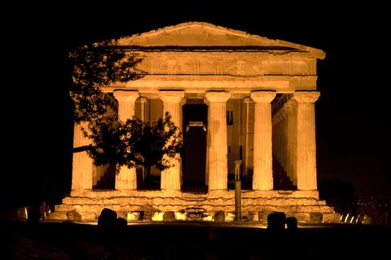 valle dei templi, il tempio della concordia nel buio della notte agrigentina (2624 clic)