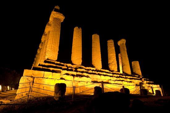 valle dei templi, il tempio di giunone nel buio della notte agrigentina (2450 clic)