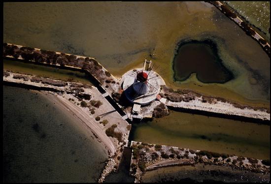 veduta aerea di un mulino a vento nello stagnone di marsala (7681 clic)