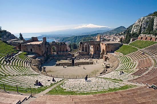 il teatro e l'etna - Taormina (1980 clic)