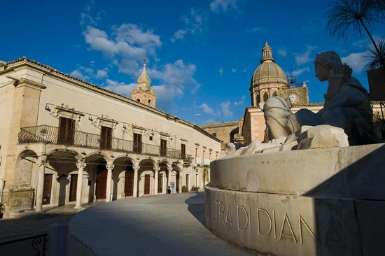 la fonte e palazzo caurso in piazza diana - Comiso (2993 clic)