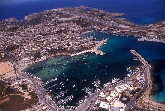 il porto e la citta' di lampedusa in una vista aerea (6599 clic)