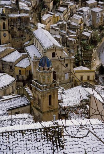il campanile della chiesa dell'itria e le anime del purgatorio con la neve - Ragusa (6124 clic)
