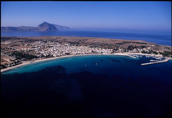 la spiaggia e la città viste dall'alto - San vito lo capo (5376 clic)