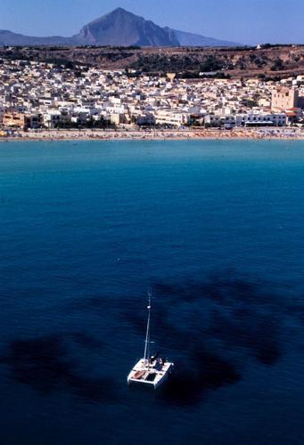 la spiaggia e la città viste dall'alto - San vito lo capo (3872 clic)