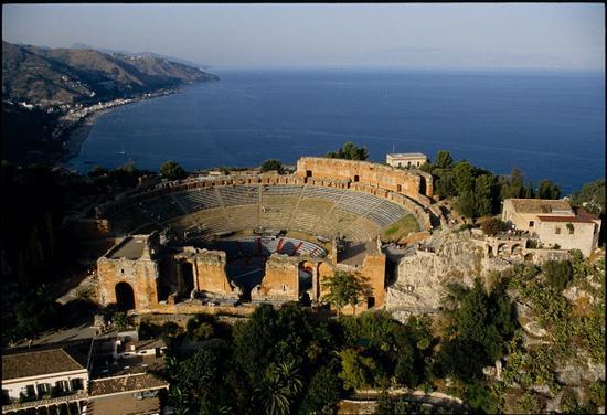 il teatro greco-romano visto dall'alto - Taormina (3649 clic)