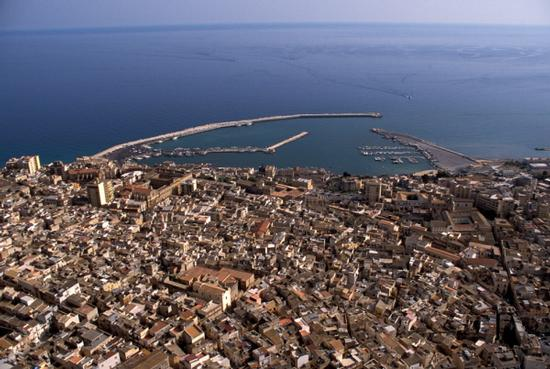 vista aerea del centro storico e del porto di sciacca (4533 clic)